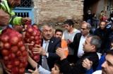 Seyhan Belediye Başkanı, soğan dağıttı