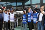 İşçiler Bolu Belediyesi önüne siyah çelenk bıraktı