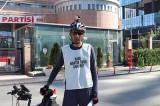 Menemen'de işten çıkarılan belediye işçisi, CHP önünde eylem yaptı