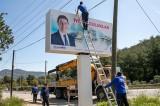 Bodrum Belediye Başkanı, görüntü kirliliği oluşturduğu için kendi tabelalarını kaldırttı