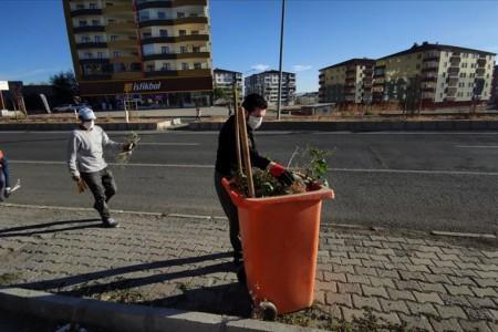 Ağrı Belediye Başkanı Sayan temizlik işçileriyle çöp topladı, süpürgeyle temizlik yaptı