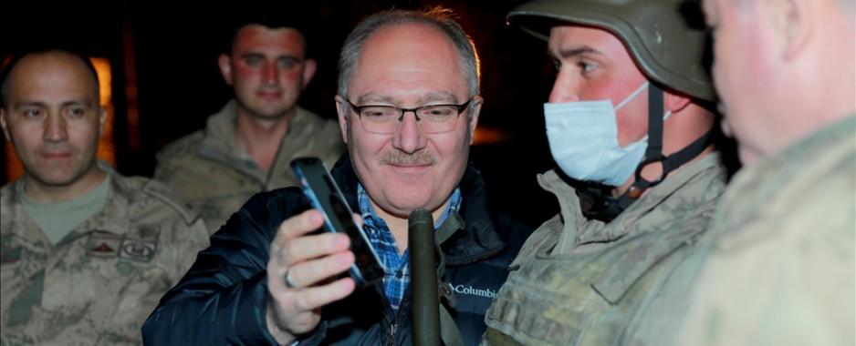 """Sivas Belediye Başkanı Bilgin'den iftarda Mehmetçiklere """"Cumhurbaşkanı"""" sürprizi"""