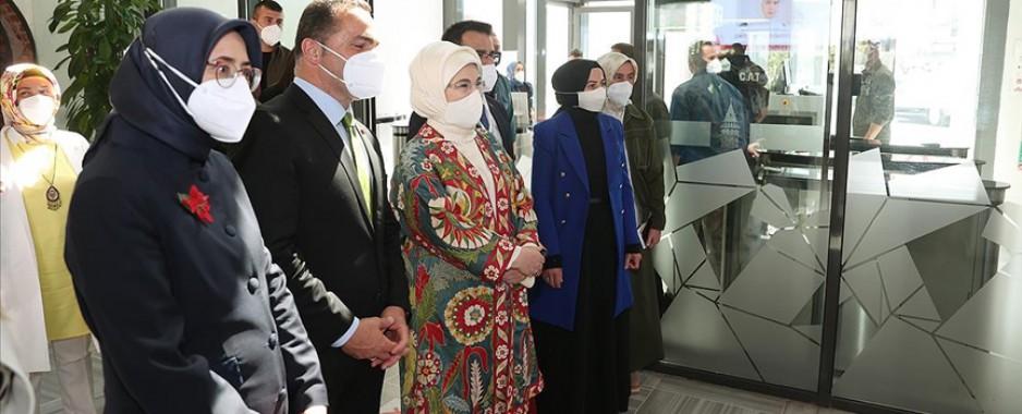 Emine Erdoğan, Beyoğlu'nda atıktan dönüştürülen ürünlerin yer aldığı serginin açılışını yaptı